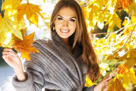 가을 공원에서 젊은 패션 소녀 스톡 콘텐츠