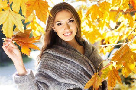 Young fashion girl in autumn park Stockfoto