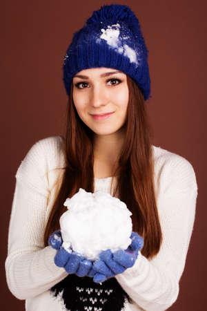 boule de neige: Adolescent fille tient boule de neige Banque d'images