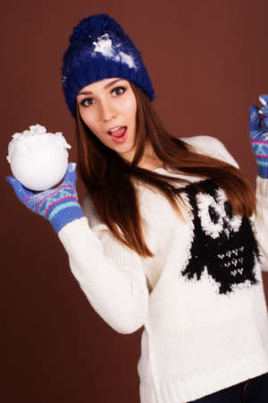 boule de neige: Adolescent fille avec boule de neige
