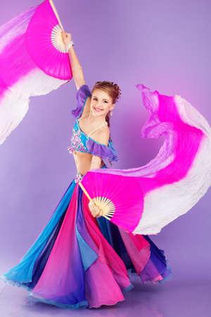 danseuse orientale: Belle danseuse du ventre en costume violet