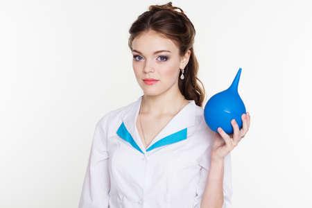 einlauf: Hübsche Krankenschwester Mädchen trägt Uniform und Betrieb blau Klistier
