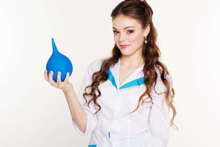 einlauf: Hübsche Krankenschwester Mädchen trägt Uniform und mit blauen lavement Lizenzfreie Bilder