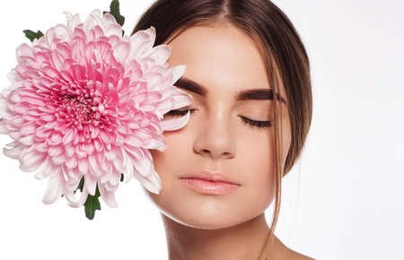 nudo integrale: Ritratto di bella ragazza con trucco perfetto nudo con il fiore del crisantemo