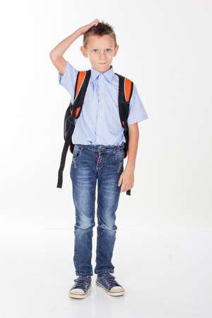 ni�o con mochila: El muchacho serio es la celebraci�n de la bolsa, aislado sobre fondo blanco