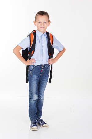 ni�o con mochila: El muchacho serio es la celebraci�n de la cartera, aislado sobre fondo blanco Foto de archivo