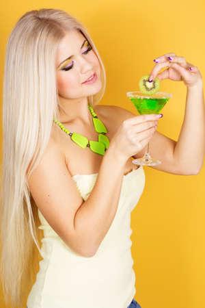sexy blonde girl: Sexy blondynka z zielony koktajl Zdjęcie Seryjne
