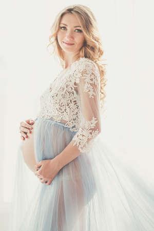 妊娠中のかわいい女の子がファッション ランジェリーを着ています。