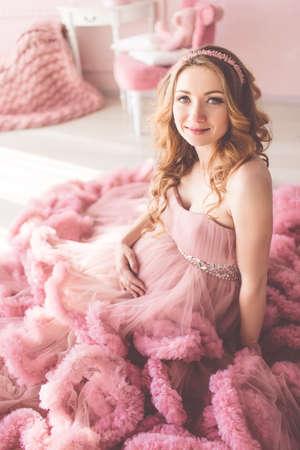 8e23e39bb  77035307 - Chica embarazada bonita está llevando vestido de color rosa de  moda