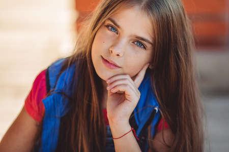 Ritratto di una bella ragazza carina indossa abiti di moda autunno Archivio Fotografico - 85461235