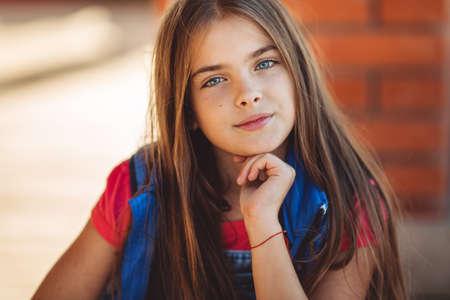 Il ritratto della ragazza graziosa sveglia sta indossando i vestiti di modo di autunno Archivio Fotografico - 85424753