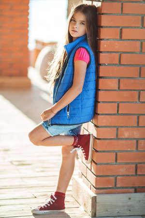 Carina ragazza carina indossa abiti di moda di autunno all'aperto Archivio Fotografico - 85461236
