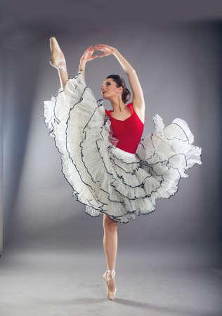 Hermosa mujer bailarina de ballet en estudio Foto de archivo - 97924144