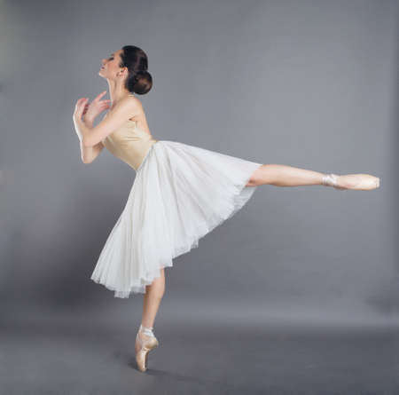 Hermosa mujer delgada bailarina de ballet en estudio Foto de archivo - 97912515