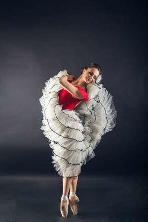 Hermosa bailarina de ballet sexy mujer delgada en estudio aislado en gris Foto de archivo - 97912517