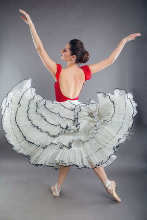 Hermosa bailarina de ballet sexy mujer delgada en estudio aislado en gris Foto de archivo - 97923502