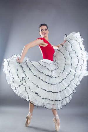 Danseuse de ballet belle femme sexy mince en studio isolé sur gris