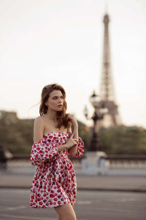 Beautiful girl is walking in Paris with Eiffel tower view , France Banque d'images