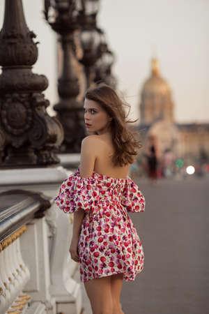 Belle fille marche à Paris, France, heure d'été