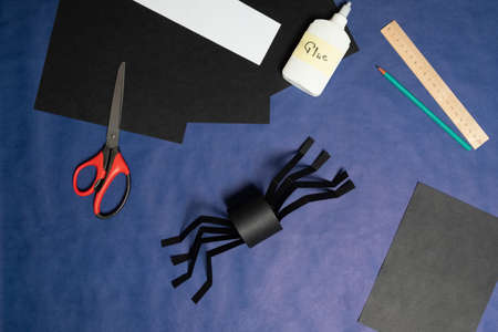 DIY Halloween paper spider. Halloween craft step by step instructions. Step 10. Archivio Fotografico