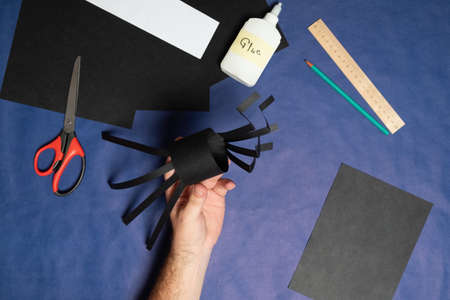 DIY Halloween paper spider. Halloween craft step by step instructions. Step 9. Archivio Fotografico