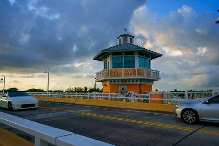 Two cars pass through the Lantana Bridge, Florida. Imagens