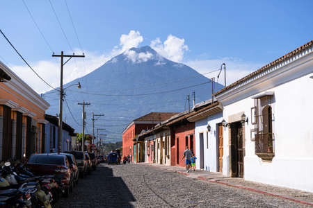 The Agua volcano seen from a typical street in the city of Antigua Guatemala. 免版税图像