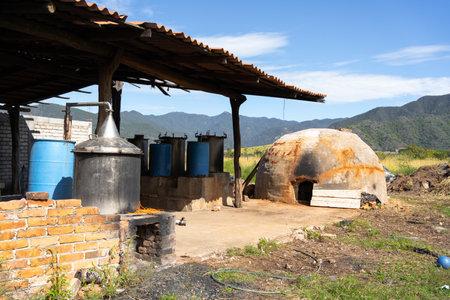 Oven, fermentation and distillation equipment to make artisanal tequila and raicilla. 免版税图像