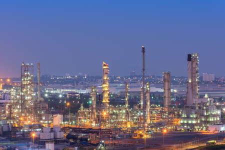 Olieaffinaderijfabriek bij schemering, petrochemische fabriek, Petroleum, Chemische industrie Stockfoto - 83925587