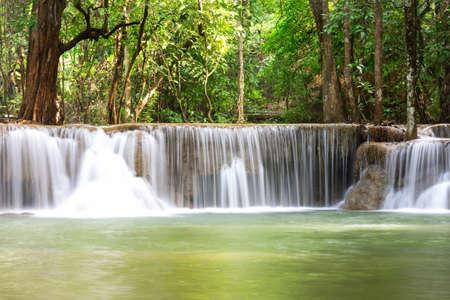 Paisaje Huai Mae Kamin cascada Srinakarin Dam, en Kanchanaburi, Tailandia. Foto de archivo - 83926169