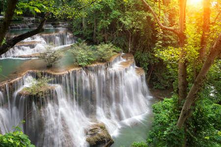 Paisaje Huai Mae Kamin cascada Srinakarin Dam, en Kanchanaburi, Tailandia. Foto de archivo - 83926108
