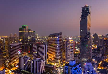 Vista aérea de Bangkok modernos edificios de oficinas, condominios en el centro de la ciudad de Bangkok con el cielo puesta del sol, Bangkok, Tailandia Foto de archivo - 85043700