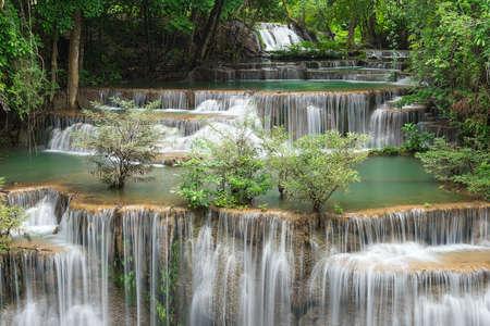 Paisaje Huai Mae Kamin cascada Srinakarin Dam, en Kanchanaburi, Tailandia. Foto de archivo - 83972189