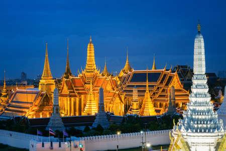 Gran palacio en el crepúsculo en Bangkok, Tailandia Foto de archivo - 83926098