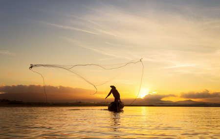 Pescador de Bangpra Lago en acción cuando la pesca, Tailandia. Foto de archivo - 83926173