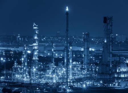Oil refinery at twilight, blue color tone. Foto de archivo