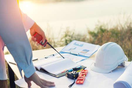 Arbeitstisch-Ingenieur mit Tablette und Werkzeugen in Öl-Raffinerie-Industrie-Geschäftsanlage