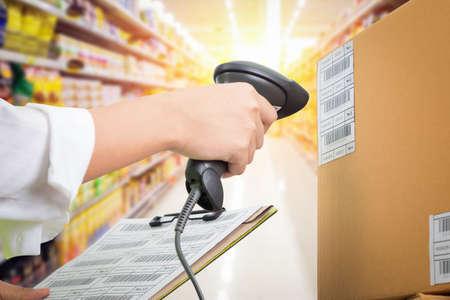 スーパーの女性レジ使用コード スキャナー、お客様のチェック アウト 写真素材