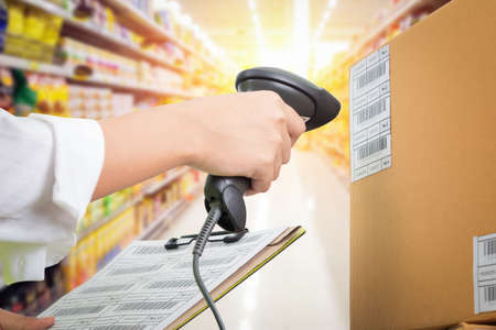Escáner femenino del código de uso del cajero del supermercado, pago y envío del cliente Foto de archivo - 83441154