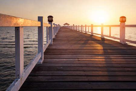Wooded bridge in the port between sunset at pattaya beach Thailand. Foto de archivo