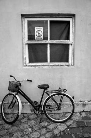old bicycle basket parket window  wall  parallelepiped black white Stockfoto