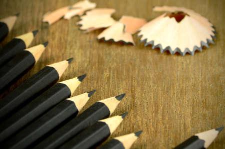 alkalmasság: Sharped fekete ceruza, fa háttér. Stock fotó