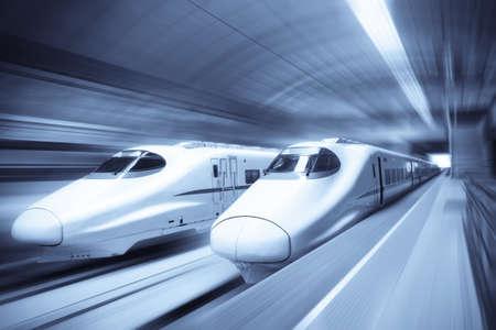 entrenar: tren de dos modernos de alta velocidad con el desenfoque de movimiento