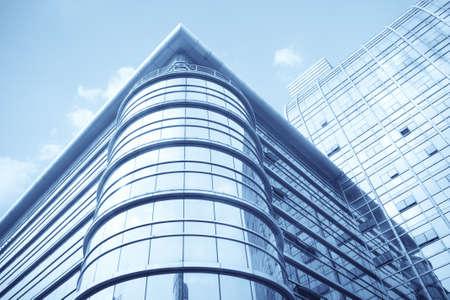 edificio cristal: muralla moderno de vidrio del edificio de oficinas con fondo de cielo