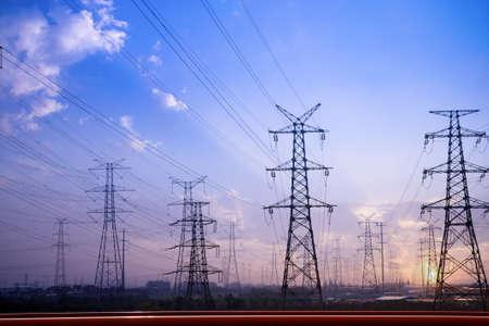 torres el�ctricas: Torres de electricidad Burgos contra la puesta de sol  Foto de archivo