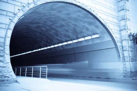 entrada de túnel con huellas de vehículos para desplazarse Foto de archivo - 8454777