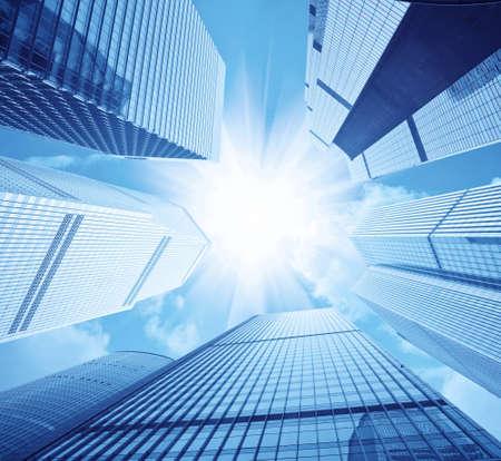 schittering: kijken op naar moderne wolkenkrabbers en schittering van de zon  Stockfoto