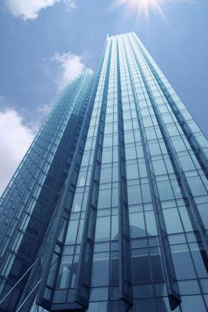 rascacielos: un hermoso rascacielos bajo el cielo azul
