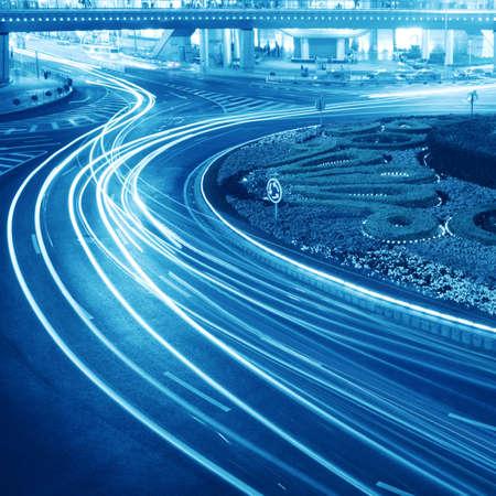 flyover: licht paden op de straat in Shanghai, China. Stockfoto