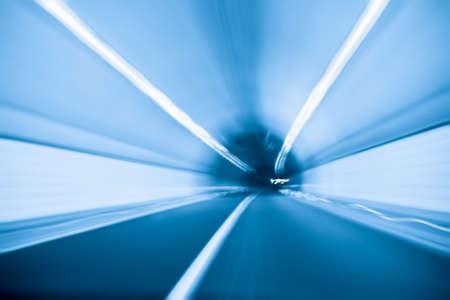 vor einem Tunnel im Inneren mit blauem Ton